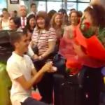 Torna da Rio, lui l'aspetta in aeroporto per la proposta di matrimonio.